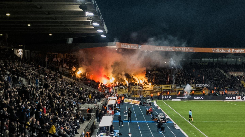 Sieg Zur Derbywoche Von Eintracht Braunschweig Gegen SG Dynamo Dresden Mit Pyro