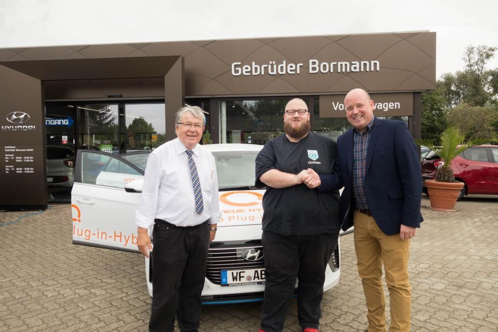 Jürgen Mundrziewski, Christian Vogt und Holger Bormann vor dem Hyundai IONIQ Plug-In Hybrid