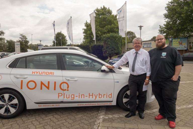 Jürgen Mundrziewski und Christian Vogt vor dem Hyundai IONIQ Plug-In Hybrid