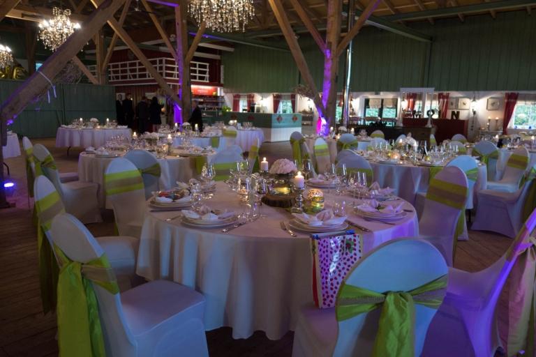 Geschmückte Tische für die Hochzeitsgesellschaft.