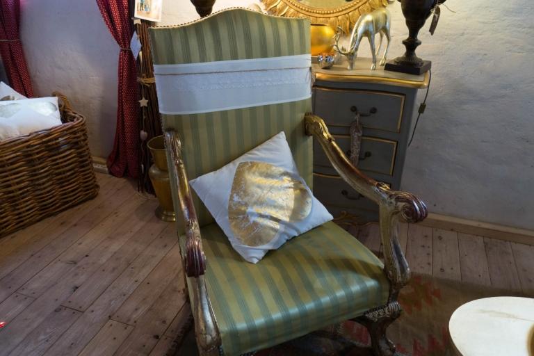 Alter Stuhl mit Streifenmuster und Kissen