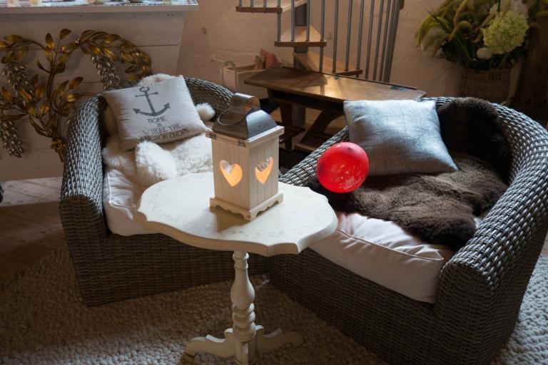 Holzlampe mit Herz auf Tisch