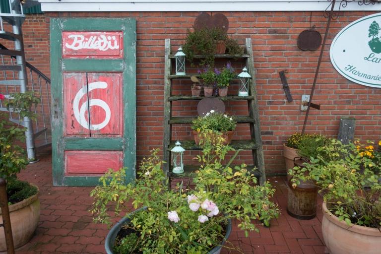 Bullerbü 6. Tür als Hausnummer mit Kräutern und Blumen