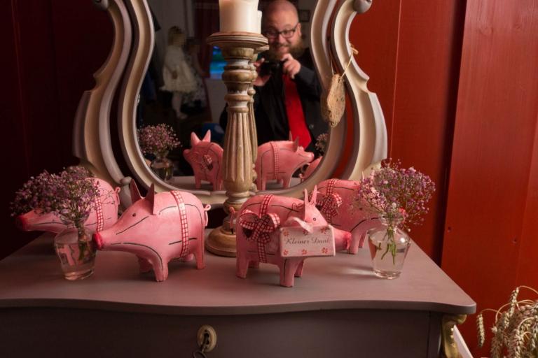 Sparschweine als kleines Dank mit verrückten Vogt im Spiegel