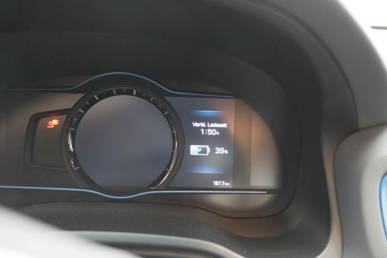Fahrtinfo des Tacho zur verbleibenden Ladezeit vom Hyundai IONIQ Plug-In Hybrid