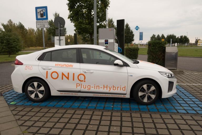 Hyundai IONIQ Plug-In Hybrid steht an der Elektrosäule