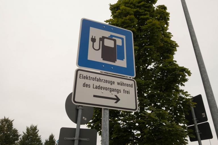 "Hinweisschild ""Elektrofahrzeuge während des Ladevorgangs frei"""