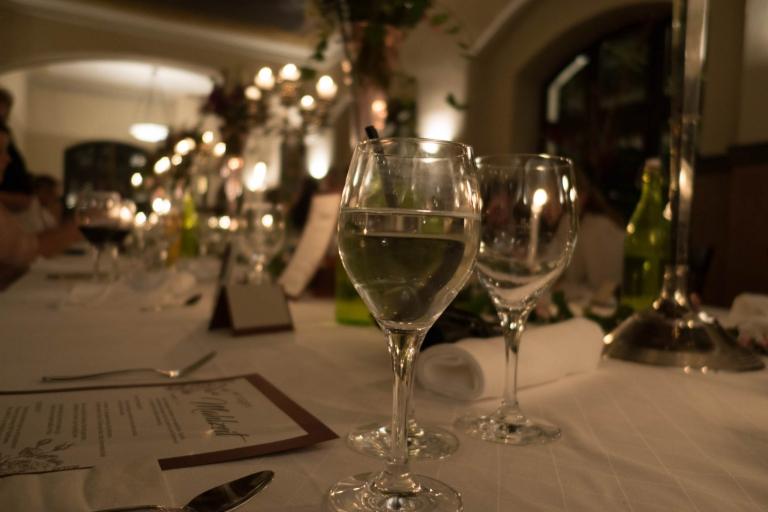 Leeres und volles Glas im Fokus der Feier