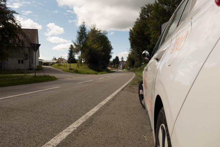 Hyundai IONIQ Plug-In Hybrid steht am Ortseingang der Gemeinde Vogt im Allgäu