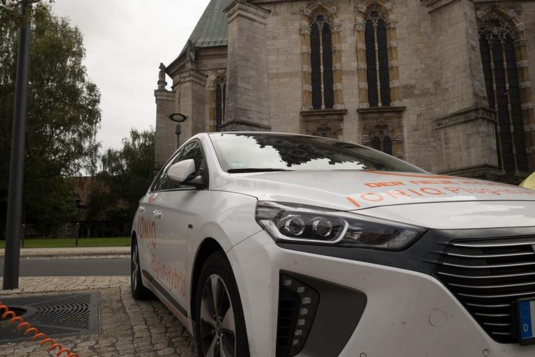 Elektrischer Ladevorgang des Hyundai IONIQ Plug-In Hybrid an der Hauptkirche Beatae Mariae Virginis zu Wolfenbüttel