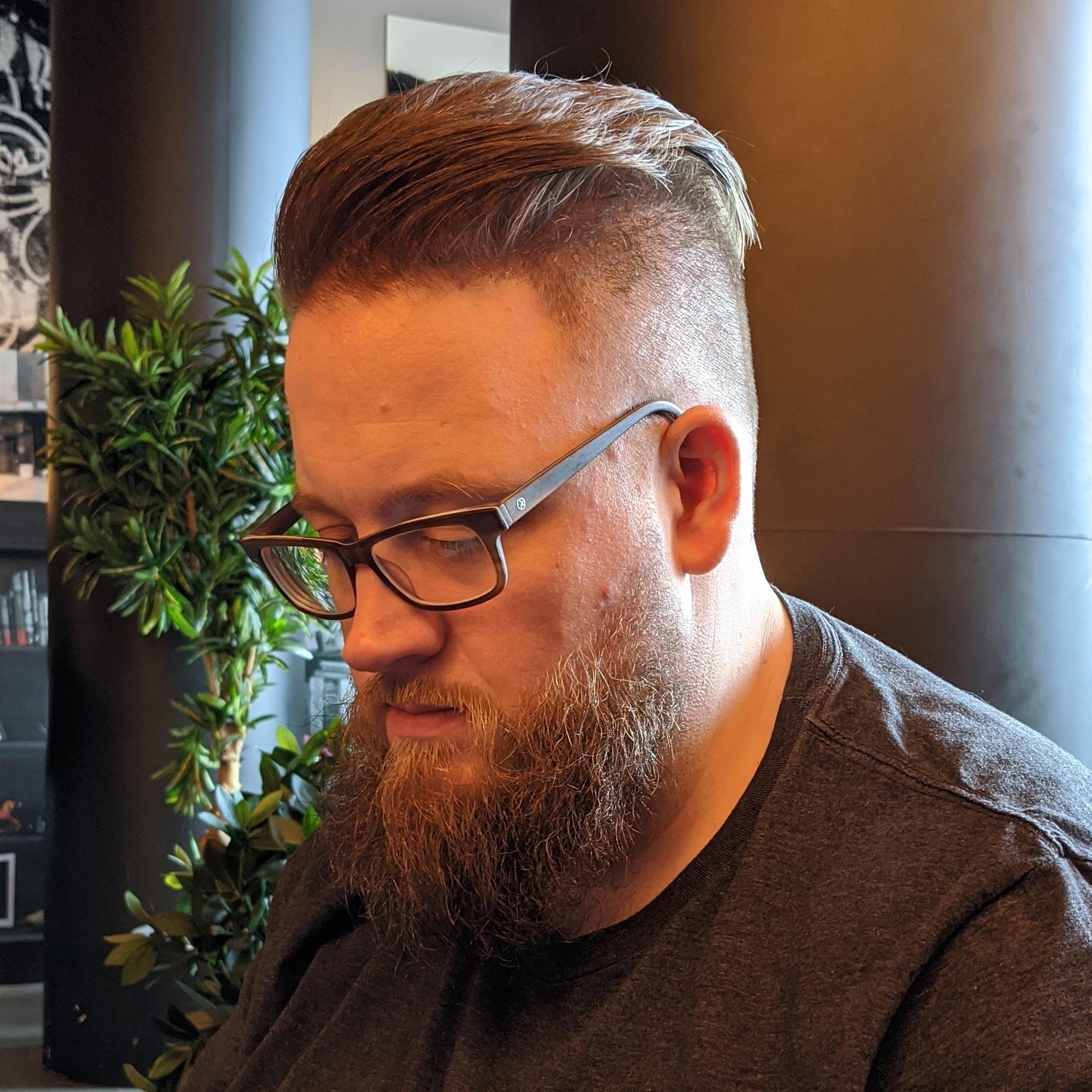 Frisch vom Barbier beim Kaffee trinken